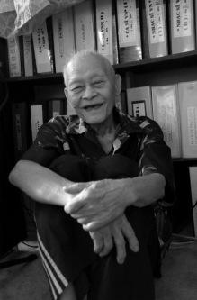Nguyễn Túc và những pho sử qua thời gian. Ảnh: Quang Vinh