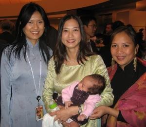 Chị Lê Hồng (giữa) và đồng bào ở DC. Ảnh: Hiệu Minh.