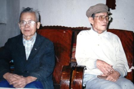 Bác Hai (áo vec) và bố HM