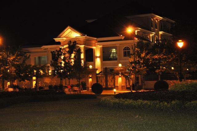 Villa về đêm của ngài Hun Sen. Ảnh: HM