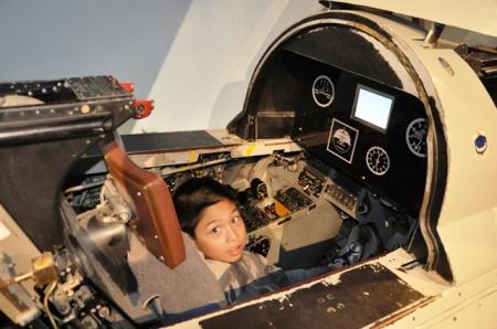 Trong khoang phi công của máy bay phản lực. Ảnh: HM