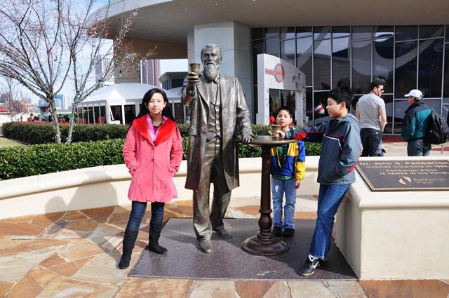 Luck - Bin và Hồng Hạnh đứng cạnh John Pemberton. Ảnh: HM