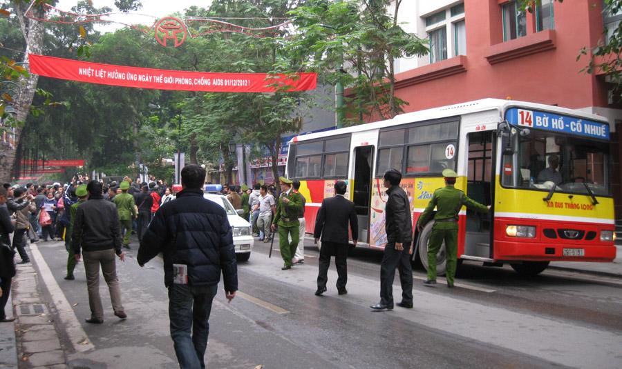 Lên xe bus...không vé. Ảnh: ND
