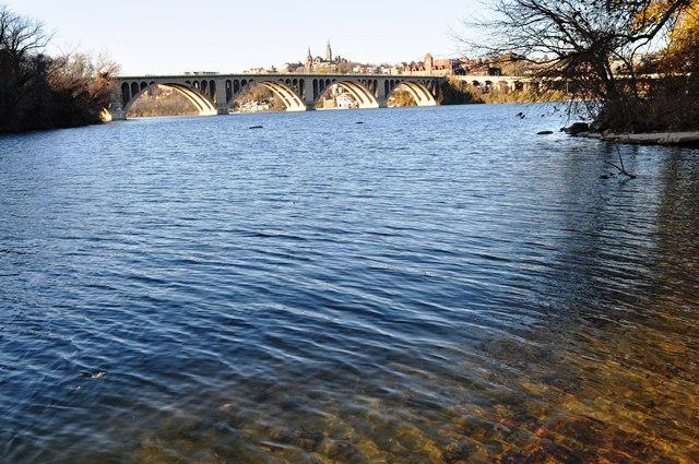 Nước sông trong vắt. Ảnh: HM