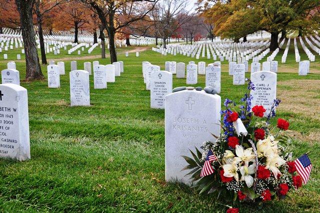 Hoa tươi trên mộ lính chiến  tại VN. Ảnh: HM