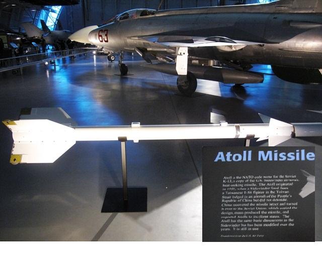 MIG21 và Atoll - K13 ở Air Space Museum tại Virginia. Ảnh: HM.Atoll do phía Mỹ cung cấp cho Taiwain trên máy bay F86 và trong một lần đối đầu năm 1958  với máy bay Trung Quốc, họ đã bắn ra nhưng tịt ngòi. Trung Quốc mò lên và tặng Liên Xô. Cường quốc này trộm luôn và biến thành đồ Atoll - K13 bắn lại Mỹ. (Bảng chỉ dẫn)