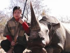 Nữ thợ săn Việt bên tê giác. Ảnh: Traffic