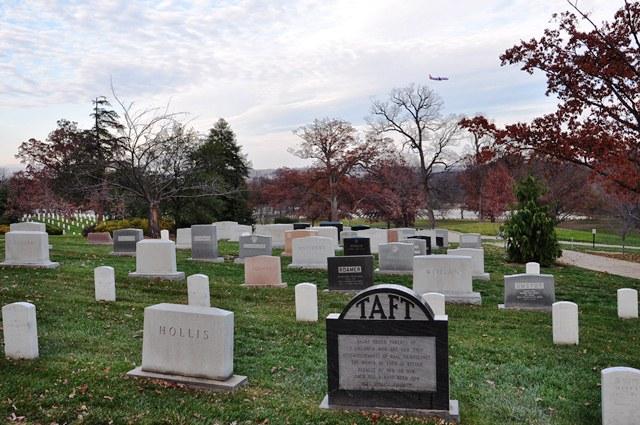 Khu mộ của tướng tá. Ảnh: HM