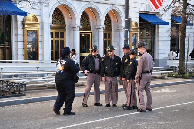 Cảnh sát tranh thủ chụp lưu niệm. Ảnh: HM