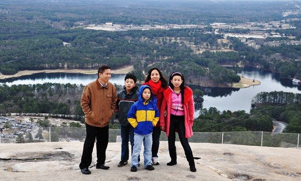 Trên đỉnh núi Stone Mountain. Ảnh: HM