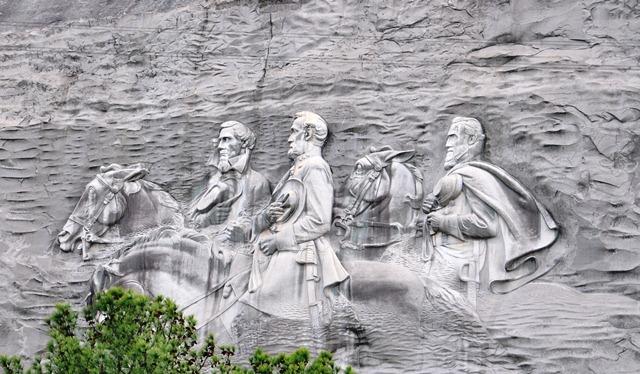 Tướng bại trận được khắc trên núi đá hoa cương. Ảnh: HM