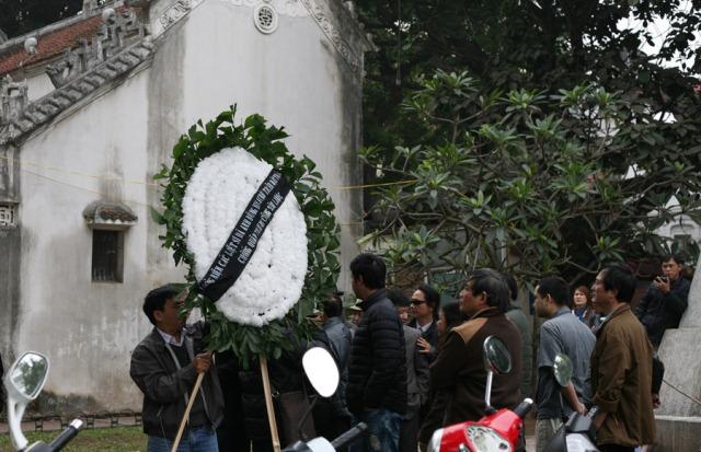 Sáng ngày 17/2 ở tượng đài chiến sĩ cảm tử, Hồ Hoàn Kiếm. Ảnh: Nhất Đình.