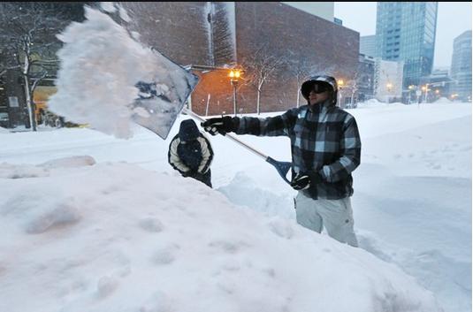 Ở DC trời trong xanh, nhưng Boston tuyết dày hàng mét, điện mất trên diện rộng. Anh này giống Huy Đức đang xúc tuyết sau khi làm hết thùng rượu vang. Ảnh; AP