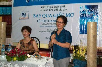 Chị Anh Thơ và Thanh Chung trong buổi ra mắt sách. Ảnh: Thanh Chung cung cấp.