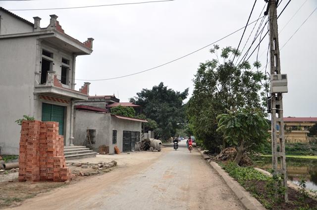 Đường làng Thư Điền bây giờ. Ảnh: HM