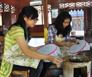 Các em học sinh lớp 8 làm bài tập về nhà bằng vẽ Batik. Ảnh: HM
