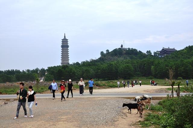 Dê, du khách cạnh chùa Bái Đính. Ảnh: HM