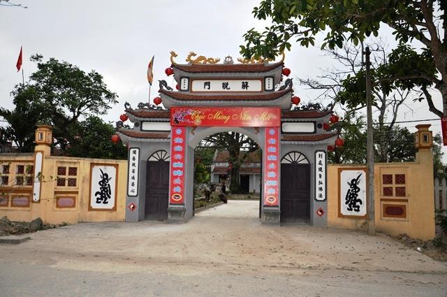 Cổng chùa Chuông mới. Ảnh: HM