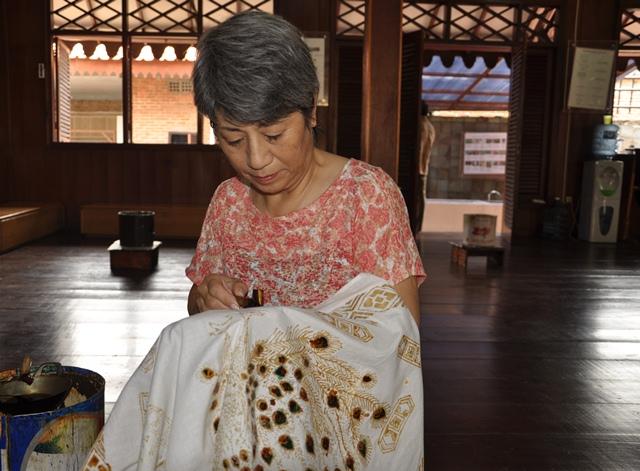Chị người Nhật vẽ Batik để làm kimono. Ảnh: HM