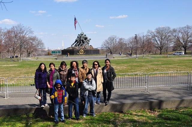 Đoàn du lịch trước Iwo Jima. Ảnh: HM