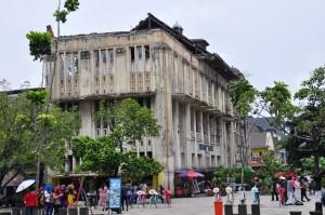 Khu trung tâm bị đốt phá năm 1998. Ảnh: HM