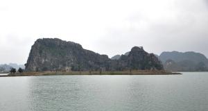Núi Lớ nay đã thành đảo. Ảnh: HM
