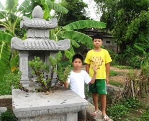 Luck và Bin thăm mộ ông nội 7-2012. Ảnh: HM