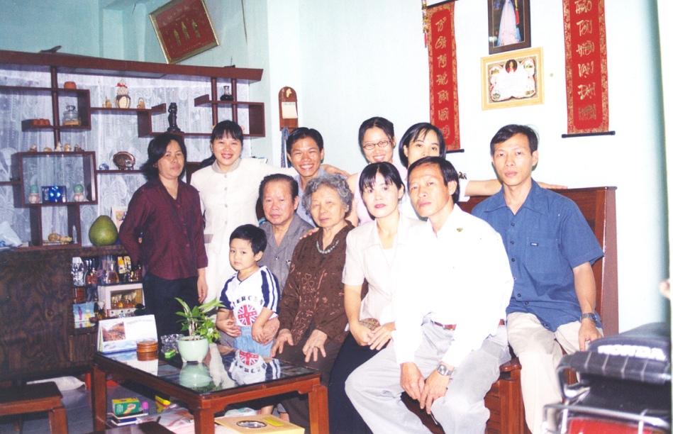 Gia đình Uyển Vi đón Tết 2003. Lần cuối với cha. Nguồn: Gia đình cung cấp.