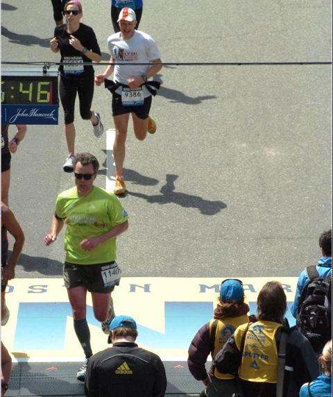 Paul A. Ralyea áo xanh lơ số 11405 về đích. Ảnh BTC Marathon.