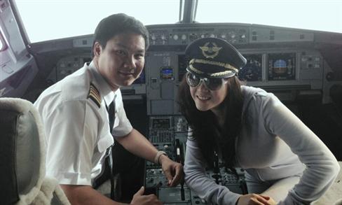 Lôi gái vào buồng phi công. VN595.