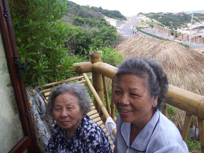 Thảnh thơi tuổi già. Ảnh hai cụ chụp năm 2005 ở Kê Gà. Nguồn: tác giả