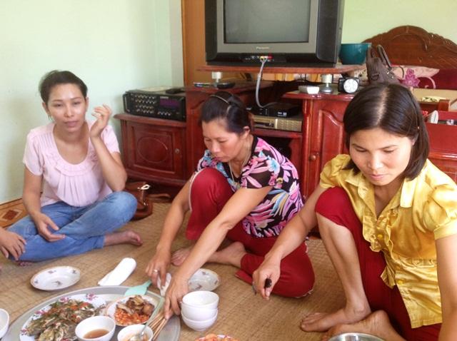 Thăm gia đình anh Vươn. Ảnh: Trần Thanh Vân