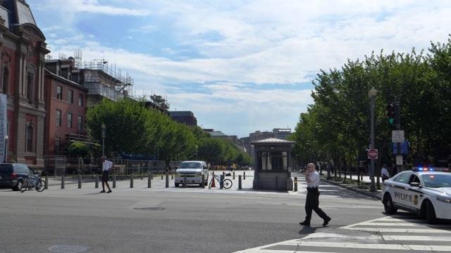 Góc đường 17 và đại lộ Pennsylvania trước giờ đoàn đến. Ảnh: HM