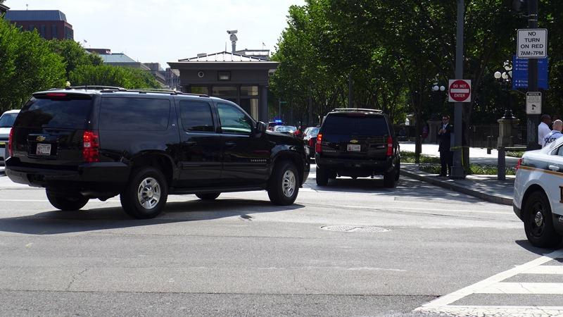Cổng an ninh trên đường Pennsylvania cắt 17 đón khách Việt. Ảnh: HM