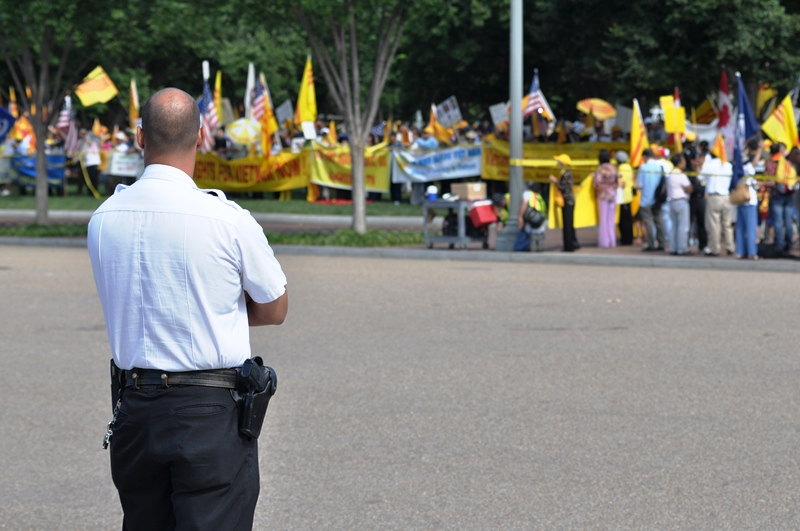 Cảnh sát đứng coi biểu tình. Ảnh: HM