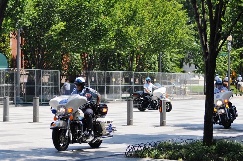 Xe cảnh sát dẫn đường. Ảnh: HM