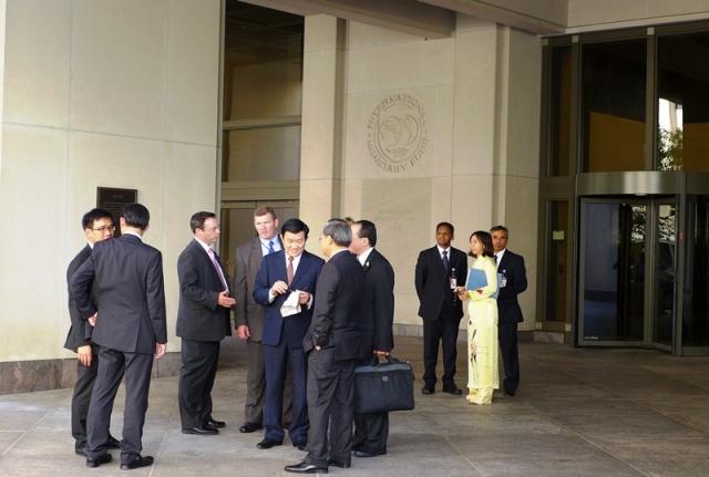 Trước cửa IMF. Ảnh: HM