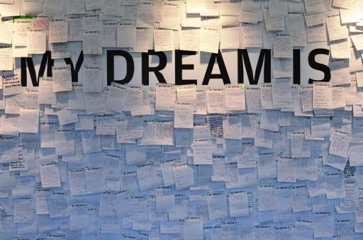 Hãy viết tiếp những giấc mơ. Ảnh: HM