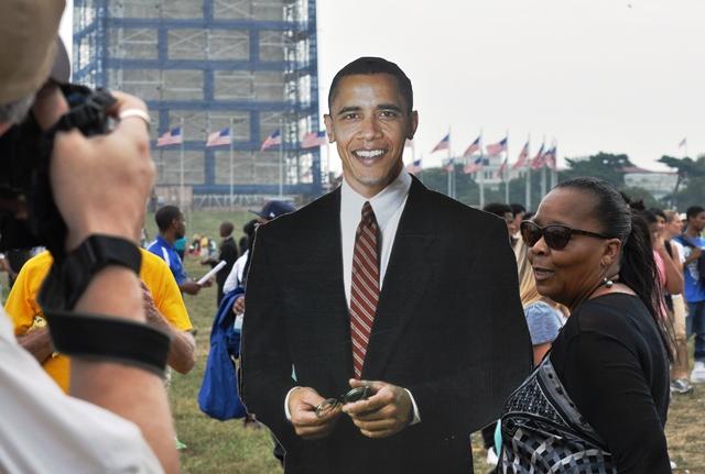 Chụp ảnh tạm với Obama bằng bìa. Ảnh: HM