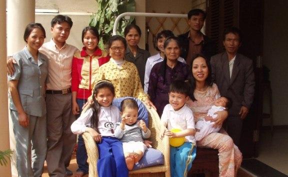 Bà nội và các cháu ở nhà Trích Sài 2-2003. Ảnh: HM