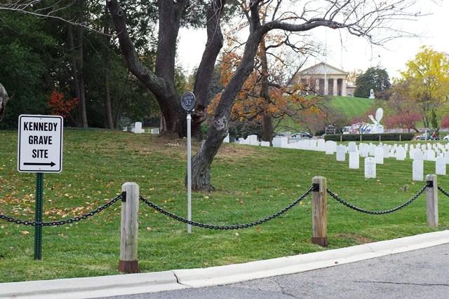 Chỉ dẫn lên khu mộ dòng họ Kennedy. Ảnh: HM