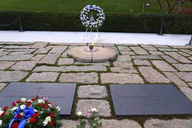 Mộ phần của hai vợ chồng Kennedy. Ảnh: HM