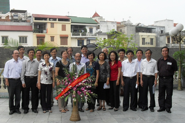 Bạn học cũ của HM cùng với thầy Sơn dạy Vật lý hồi cấp 3.