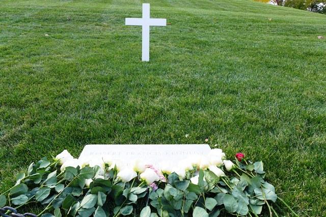 Robert Kennedy đầy hoa hồng trắng. Ảnh: HM