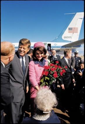Vợ chống Kennedy trước giờ thăm Dallas định mệnh. Ảnh: Gettimage