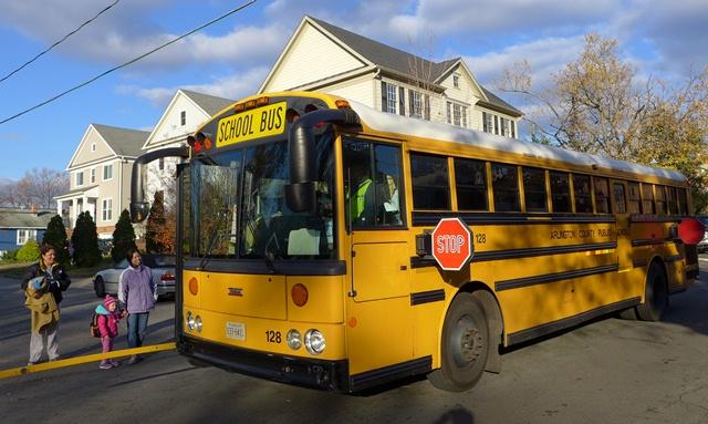 Khi xe bus đón học sinh thì các phương tiện phải dừng. Ảnh: HM