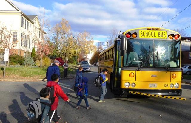 Xe bus đón Bin đi học. Ảnh: HM