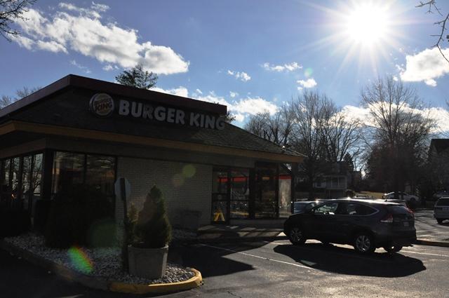 Burger King vẫn bán cánh gà rán. Ảnh: HM