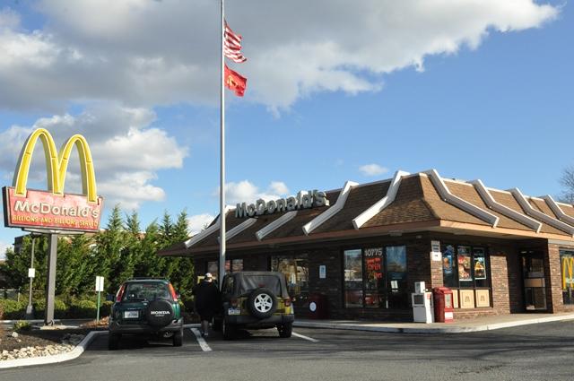 McDonald vẫn có người ăn ... Tết. Ảnh: HM