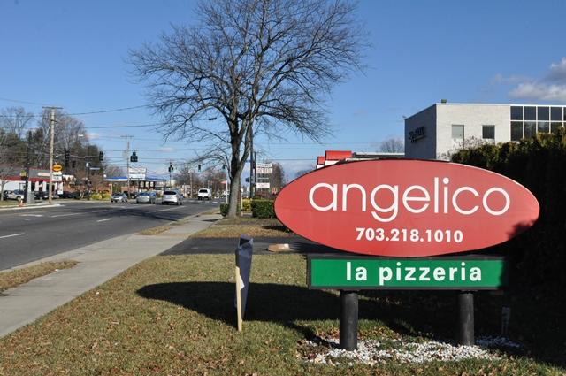 Pizza vẫn bán dù phố vắng xe hơi. Ảnh: HM
